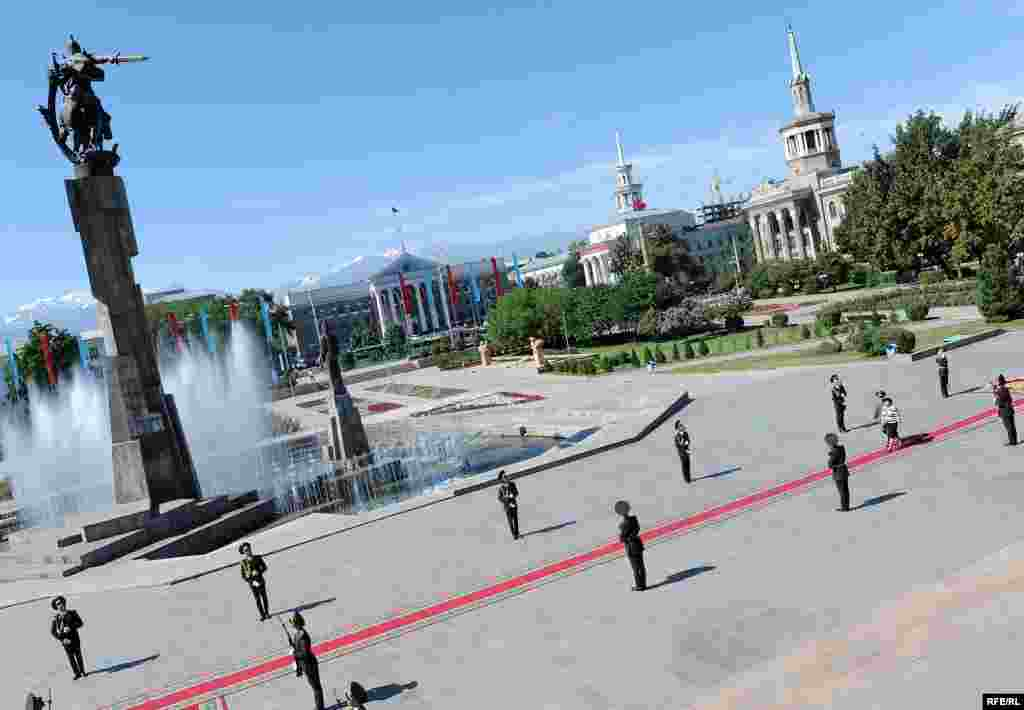 Роза Отунбаеванын ант берүү аземи эртең мененки саат 10до Улуттук филармонияда башталды.