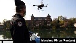 Италијански Карабинери со дрон проверуваат дали се почитуваат мерките за спречување на ширењето на коронавирусот на брегот на реката По во Торино на 3 април 2020