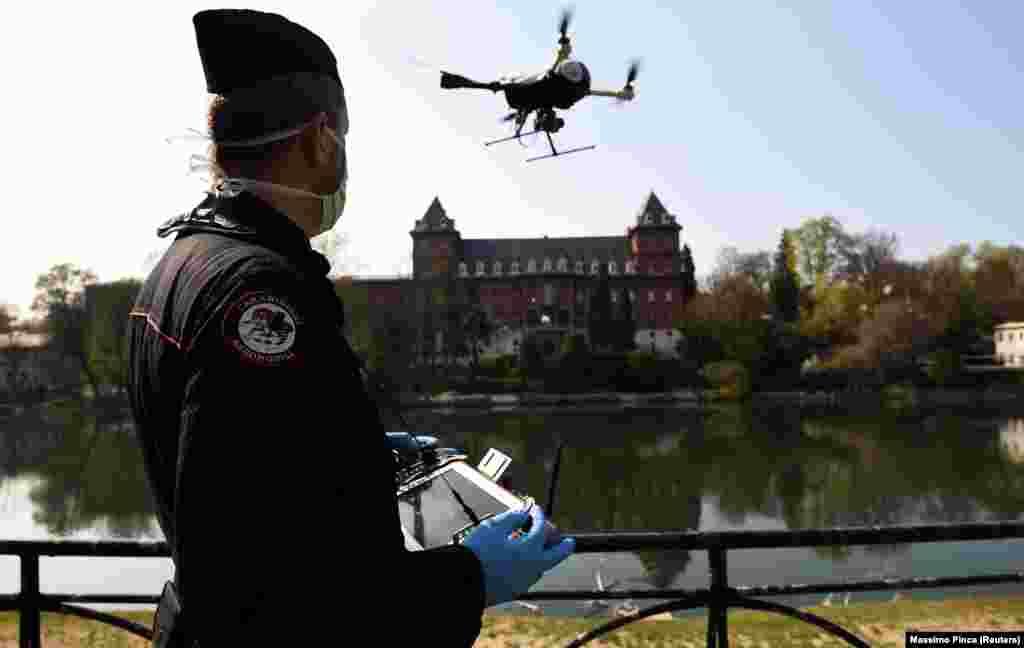 Карабіньєри завдяки дронам перевіряють дотримання правил карантину. Турин, Італія