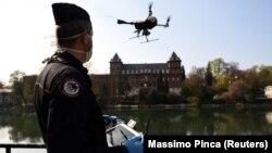 Полициячы дрондун жардамы менен карантин шартын бузгандарды көзөмөлдөп жаткан учуру. Турин, Италия. 3-апрель, 2020-жыл.