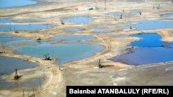 «Ембімұнайгаз» компаниясының мұнай кеніші. Мақат ауданы, Атырау облысы. 4 қыркүйек 2012 жыл.
