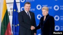 Президент Литви Даля Ґрібаускайте вітає українського колегу Віктора Януковича на саміті «Східного партнерства», Вільнюс, 28 листопада 2013 року