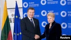 Президент Литви Даля Ґрібаускайте вітає свого українського колегу Віктора Януковича на саміті у Вільнюсі, 28 листопада 2013 року