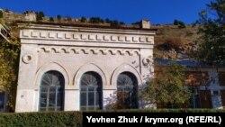 Здание городской электростанции начала XX века в Балаклаве на улице Калича