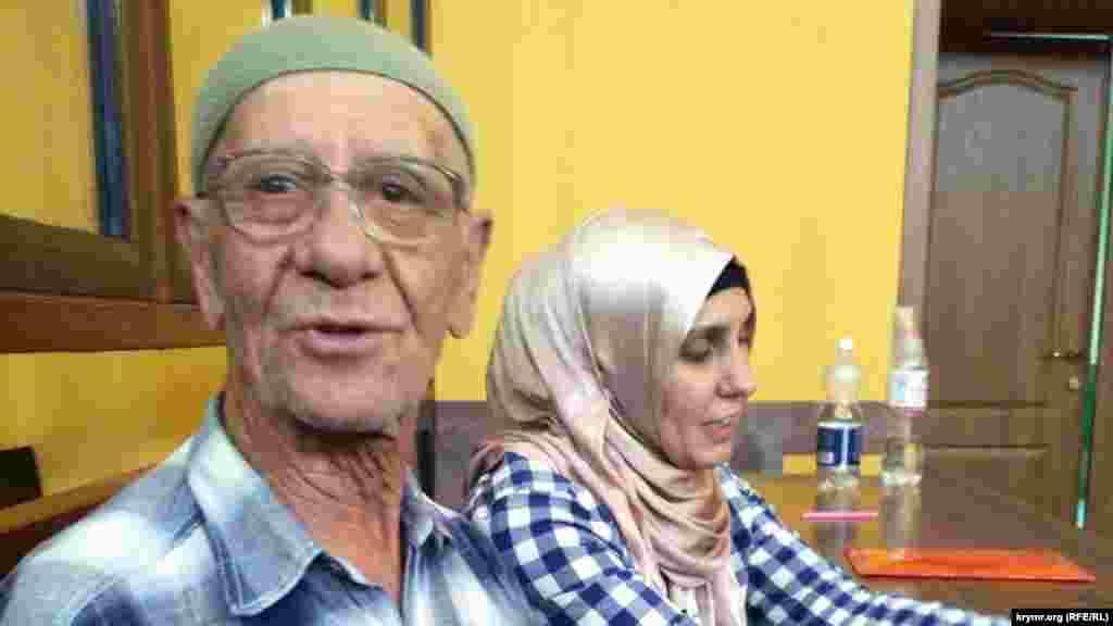 Aqmescitniñ Jeleznodorojnıy mahkemesi 76 yaşında Parkinson hastasını 10 künge apiske aldı. Server Karametov Qırım mahkemesi yanında bir kişilik narazılıq keçirgeninde qabaatlandı