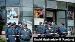 У отделения банка в столице Армении после попытки его ограбления. Ереван, 3 мая 2018 года.