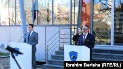 Kryeministri në detyrë i Kosovës, Albin Kurti dhe ministri në detyrë i Shëndetësisë, Arben Vitia. Foto nga arkivi.
