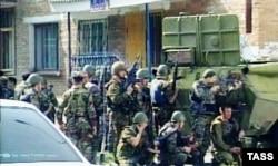 Российские спецподразделения вокруг захваченной школы в Беслана. 1 сентября