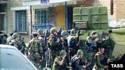 Российские военные у захваченной террористами школы. До штурма еще два дня