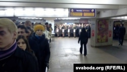Людзі выходзяць з Кастрычніцкай станцыі