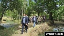 Премьер-министр Абдулла Арипов в селе Чашма. 1 июня 2020 года.