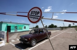 Ukraine -- A car crosses the Ukrainian-Russian border at the Ukrainian check-point of Severniy, in the Luhansk region, June 6, 2014
