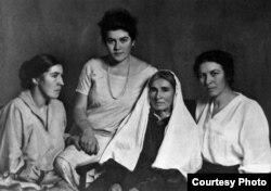 Сулдан: Ләйлә, Әминә, Фатима (әниләре) һәм Сара Шакулова. 1920нче еллар