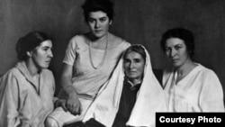 Сулдан уңга: Ләйлә, Әминә, Фатима (әниләре) һәм Сара Шакулова. 1920нче еллар