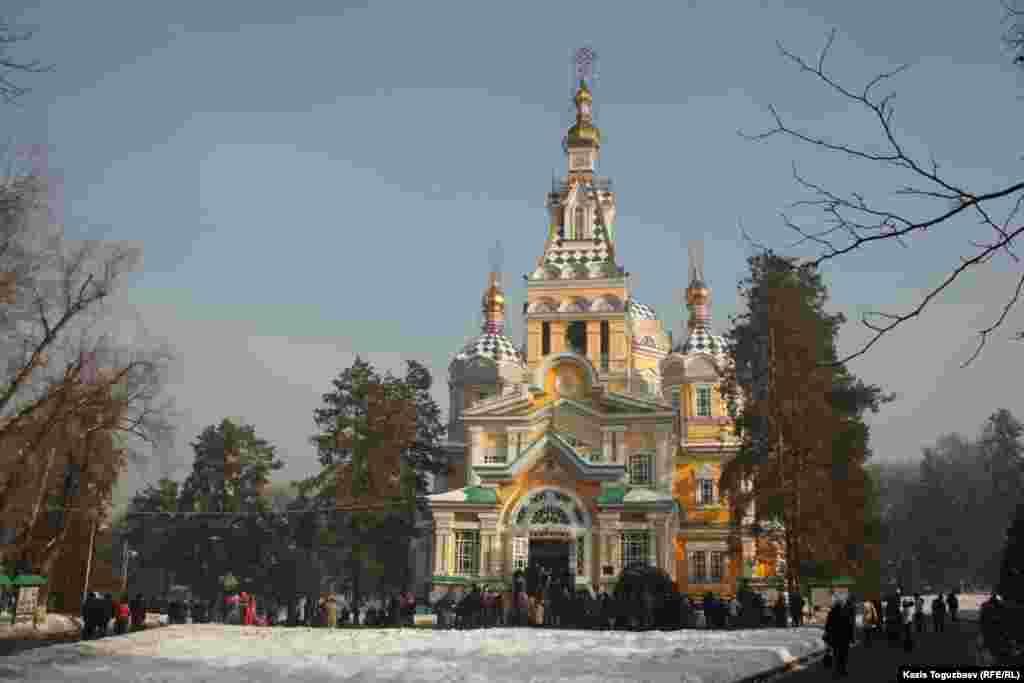 Свято-Вознесенский собор в рождественские дни.Алматы, 7 января 2013 года.