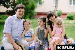 Сям'я Віктара і Насты Малышчыц, зьлева направа: дочкі Адэля, Ганна, Юстына