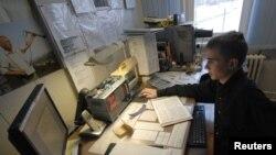 Сотрудник метеостанции во Владивостоке готовится к замеру уровеня радиации