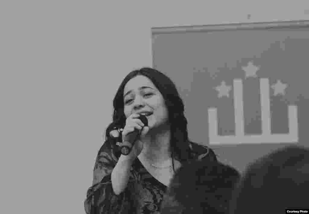 Гюлмира Керимова, специалист Визового центра, исполнительница кумыкских песен
