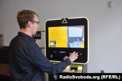 Криптоанархіст Павел Шевчик демонструє, як обміняти гроші на криптовалюту