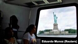 Вид на Статую Свободы с парома. Нью-Йорк, 4 июля 2013 года.