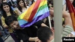 С приближением намеченной даты угрозы в адрес организаторов мероприятия стали звучать все чаще: прошлогоднее шествие борцов с гомофобией завершилось избиением его участников