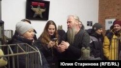 Художник Василий Слонов на выставке