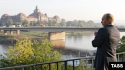 Президент Росії Володимир Путін у Дрездені. Прогулянка знайомими місцями. Німеччина. 11 жовтня 2006 року