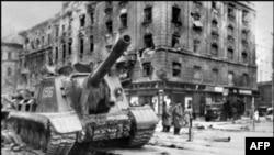 Радянський танк у Будапешті 12 листопада 1956 року