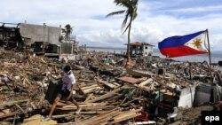 У зруйнованому тайфуном філіппінському місті Таклобан, 13 листопада 2013 року