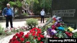 Возложение цветов к мемориалу жертвам депортации 1944 года, Симферополь, 18 мая 2020 года
