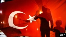 Истанбулнинг Тақсим майдонида намойишга йиғилган Эрдўғон тарафдорлари, 2016 йил 16 июли.