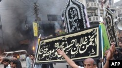 Shi'ite Muslims protest after the bomb blast in Karachi.