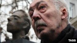 Андрей Битов на открытии памятника Осипу Мандельштаму в Москве, 28 ноября 2008 года