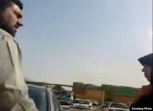 یکی از افراد «لباس شخصی» در حال  گفتن الفاظ رکیک به فائزه هاشمی در حرم عبدالعظیم