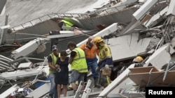 Спасатели выводят людей из-под завалов