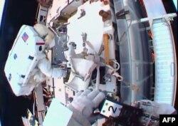 Двоє американських астронавтів, Шейн Кімбро та Пеґґі Вітсон встановлюють проміжкові пластини та електричні контакти літій-іонних батарей на Міжнародній космічній станції, січень 2017 року