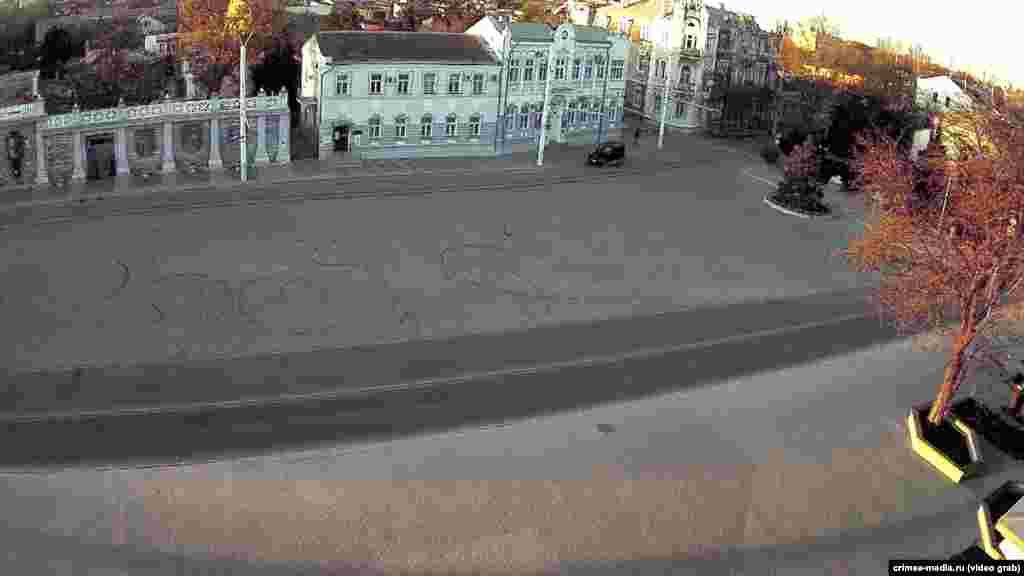 Пустующая Театральная площадь в Евпатории