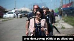 Фотография президента Зурабишвили во главе шествия с крестом в руках раззадорила грузинские соцсети