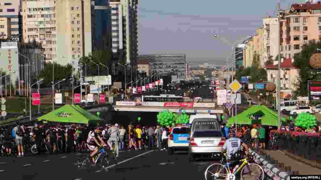 Әл-Фараби және Тәттімбет көшелерінің қиылысына велосипедшілер таңғы сағат 8-ден жинала бастады.