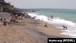 Большинство загорающих на пляжах Николаевки - местные жители