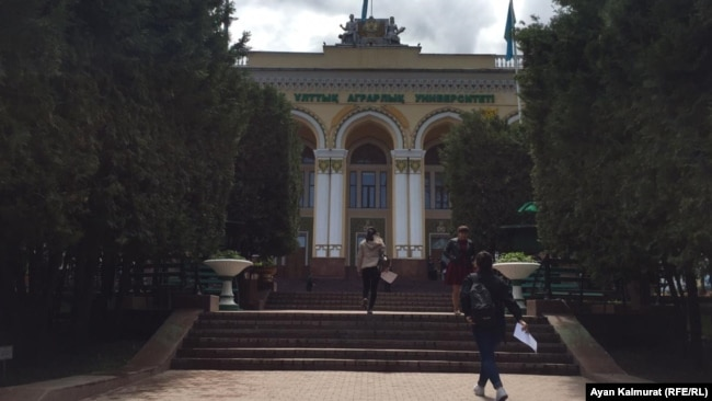 Қазақ ұлттық аграрлық университетінің ғимараты. Алматы, 2 мамыр 2019.