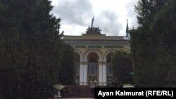 Здание Казахского национального аграрного университета. Алматы, 2 мая 2019 года.