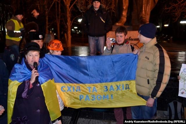 В Луганске состоялся митинг в поддержку Евромайдану, ему пытались помешать «афганцы»