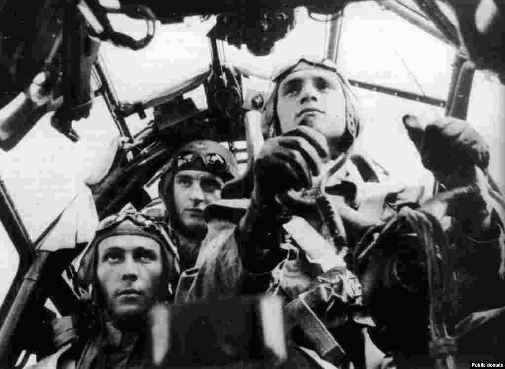 Бу кешеләр Советлар берлегенең ике тапкыр каһарманы булган очучыӘхмәтхан Солтан да, шулай ук Советлар берлеге каһарманы Мәгубә Сыртланова да түгел, ә KG71 бомбалау эскадрасының Ju-88 бомбалау очкычында пропаганда материалы өчен фотога төшкән алман очучылары. Ватан өчен менә шулар сугышкан булып чыга.