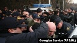 Тбилисский городской суд признал всех 11 задержанных виновными в хулиганстве и неповиновении полиции, и наложил на них штраф в размере 400 лари