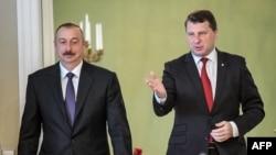 Latvia Prezidenti Raimonds Vejonis (sağda) öz azərbaycanlı həmkarı Ilham Əliyevi salamlayır