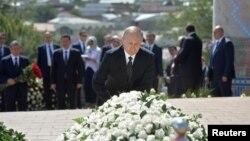 Orsýetiň prezidenti Wladimir Putin Özbegistanyň öňki prezidenti Yslam Kerimowyň mazaryna gül goýýar, Samarkant, 6-njy sentýabr, 2016.