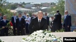 Путин қабри Каримовро зиёрат кард
