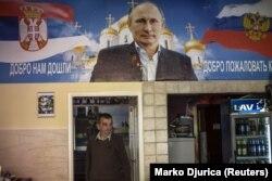 Зображення президента Росії Володимира Путіна всередині «Бару Путіна» в сербському місті Новий Сад, 10 жовтня 2014 року