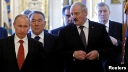 Владимир Путин - президент России, Александр Лукашенко - президент Беларуси (на переднем плане) и президент Казахстана - Нурсултан Назарбаев.